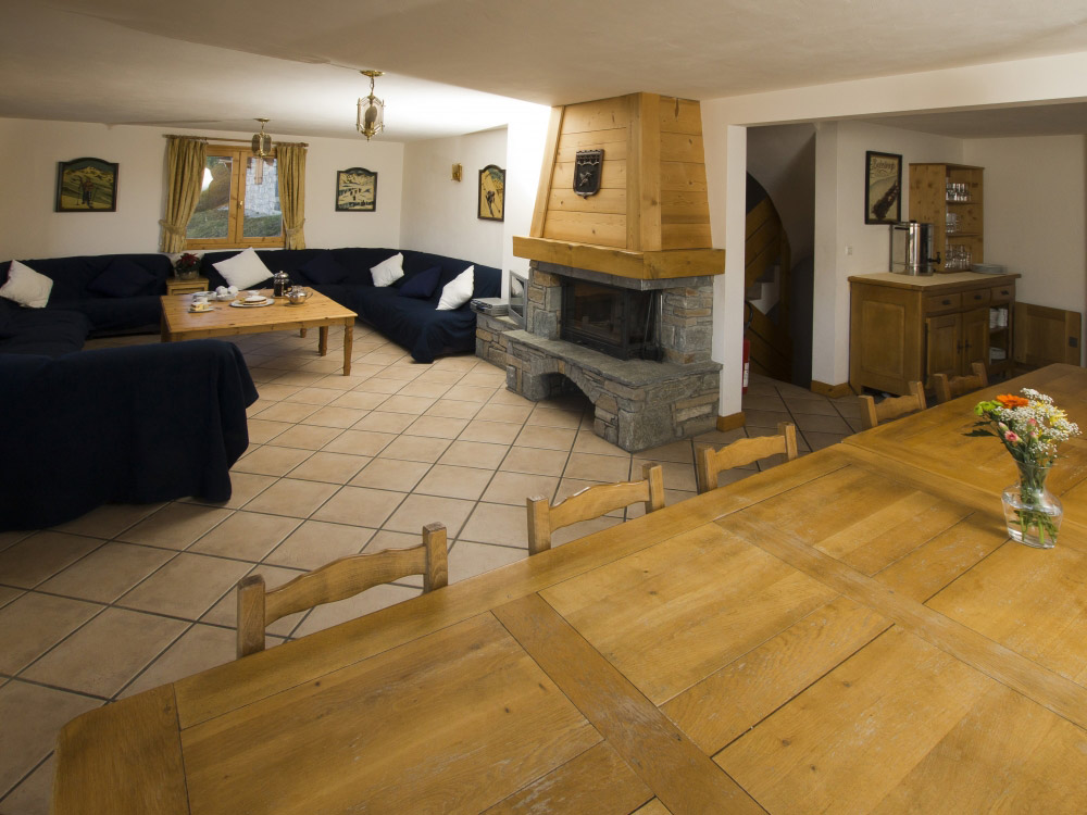 The living room of Chalet Anniek with a charming log fire