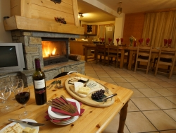 The comfortable sitting room of Chalet Anniek with a roaring log fire