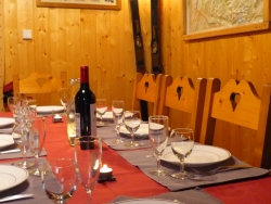 The cosy dining area at Chalet Clovis
